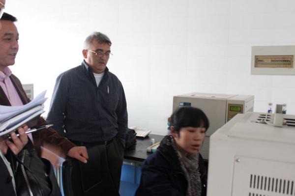德國客商參觀生產車間分析室