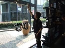 DG员工刮玻璃
