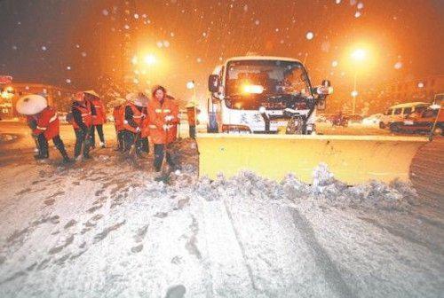 清理快車道積雪