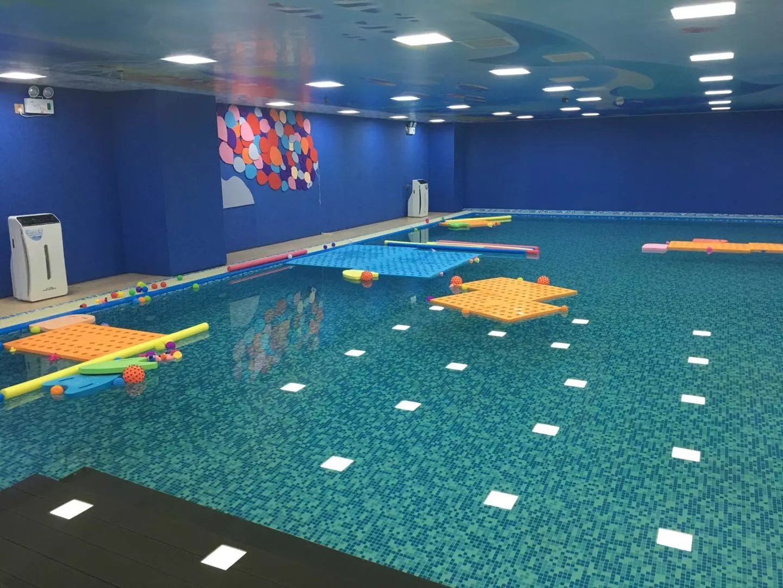 游泳馆泳池