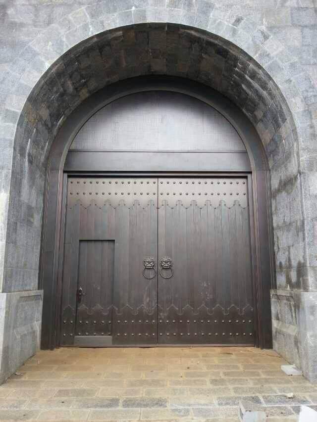 工程案例-铜门,铜艺的发展,逐渐形成了中华独特的铜文化,在深宏精微的中华文化数千年的浸润中,门已经变得厚重而绚烂,平凡而精深,形成了中华文化的重要符号,铜用于门的制作工艺中是一种文化的渲染和交织。