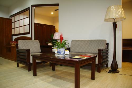 沙發、餐桌和椅子