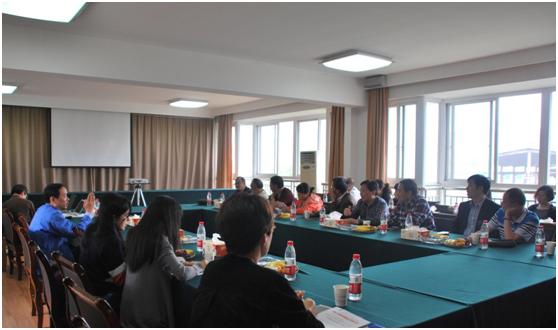 图为代表和政协委员们与集团领导人座谈交流